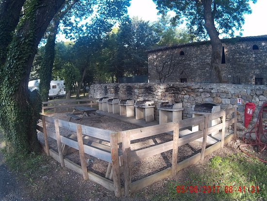 Camping Les Fumades: barbecue collectif