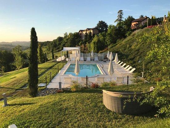 Agliano Terme, Italy: Piscina panoramica nel parco della Villa