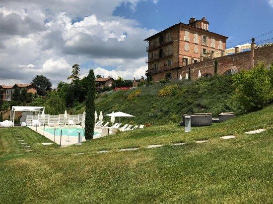 Agliano Terme, Italy: Veduta di Villa Fontana e della piscina dal parco.