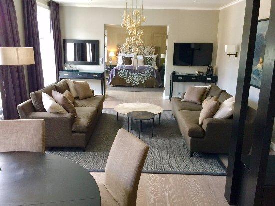 Clarion Collection Hotel Hammer: Fra seniorsuiten med glassdør inn til soverommet