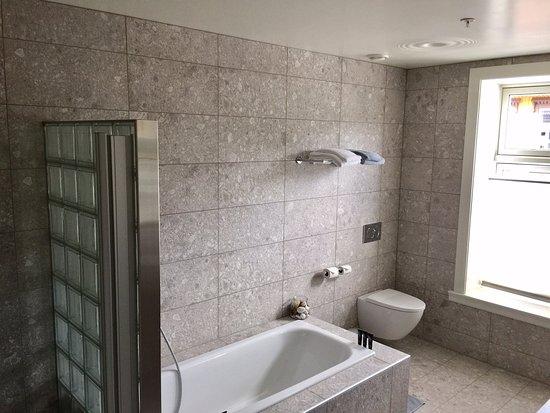 Clarion Collection Hotel Hammer: Baderommet i seniorsuiten med dusjrommet til venstre i bildet. Det er et meget stort bad!rt