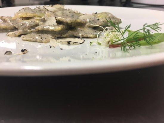 Osteria GiRo': Ravioli di magro al tartufo nero