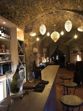 Moules-et-Baucels, France: Espace cave à manger BLANCARDY