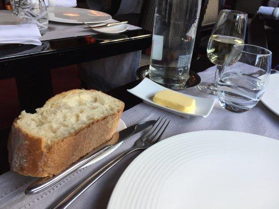 Lyons-la-Foret, Prancis: Une tache sur la nappe à l'arrivée cachée par la coupelle de beurre par le Maître d'hôtel