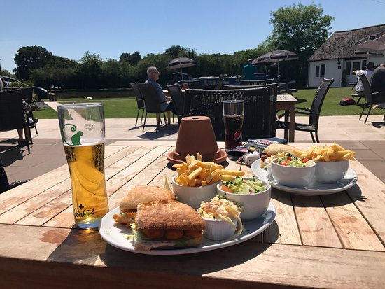 Market Drayton, UK: Lovely day for a canal side spot of lunch.