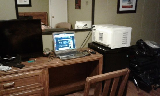 Margaree Forks, Canadá: Had to move microwave so that I had a spot for my laptop.