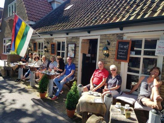 Het is goed toeven op het zonnige terras bij De Ouwe Smidte!