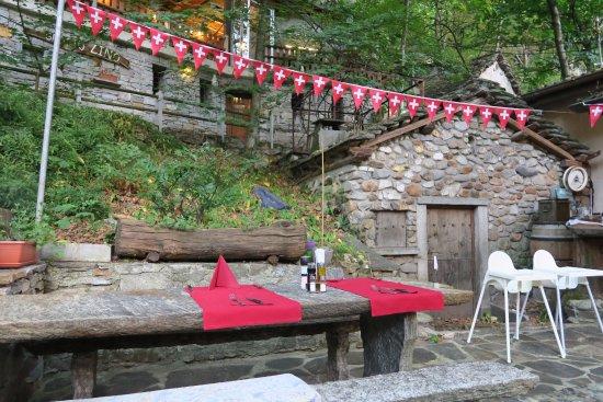 Biasca, Switzerland: Tipico grotto