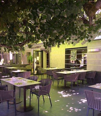 Olivet, France : La terrasse ombragée du 128