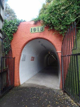 Whanganui, Nova Zelândia: Der Zugang zum Durie Hill Elevator führt über einen Tunnel der 213 m in den Berg hineinführt