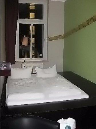 The Circus Hostel: De bed-bak staat op een behoorlijke hoogte, en daar zul je overheen moeten...