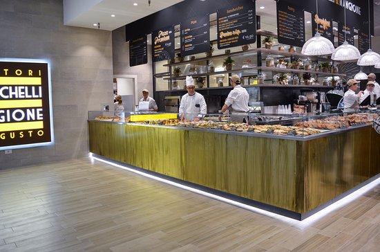 Tessera, Italy: Lo Chef controlla attentamente che sia tutto pronto per accogliere i nostri ospiti