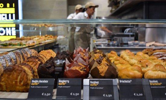Tessera, Italy: Muffin e briochette per una dolce colazione