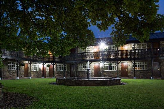 Bromley Cross, UK: Courtyard rooms at night