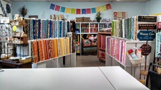 Reyno, AR: Inside of Fabrics and Quilts are lot of treasures.