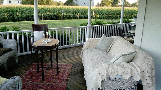 Escobar's Farmhouse Inn: Wrap around porch for relaxing