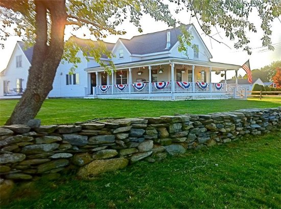 Escobar's Farmhouse Inn: Decorated for the 4th of July