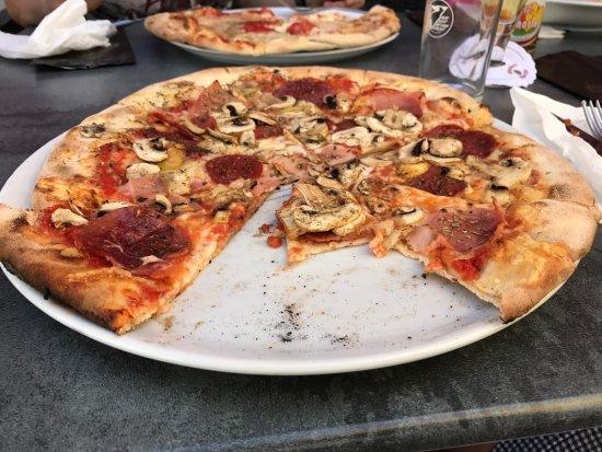 Wertheim, Germany: Lecker Pizza