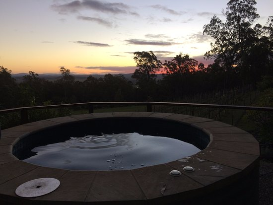 Wallaby Ridge Retreat: Spa and views