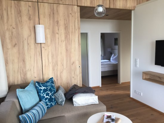 See Und Waldresort Gröbern Wohnbereich Mit Tv Schlafzimmer Im Hintergrund