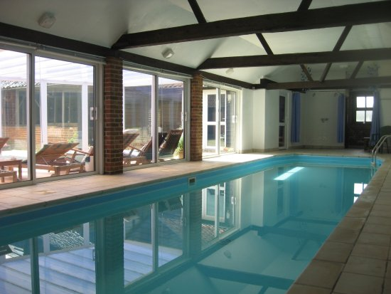 Halstead, UK: The twelve meter heated indoor pool (30 degrees) is available to all our guests during their sta