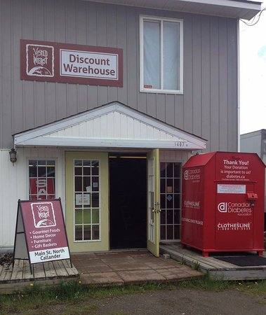 Callander, Canadá: Across the parking lot from our retail location is the discount warehouse