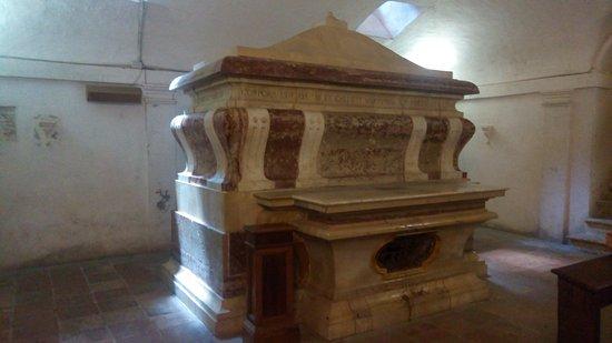Todi, Italy: tomba resti Jacopone