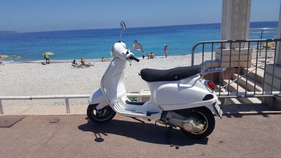 perfect place to park your scooter have a picnic picture of promenade des anglais nice. Black Bedroom Furniture Sets. Home Design Ideas