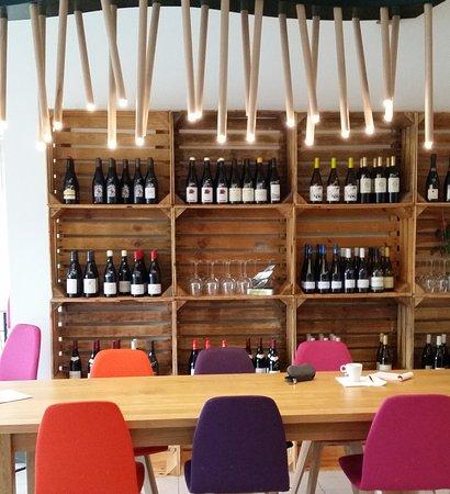 Revel, França: la table d'hôte devant la cave à vin