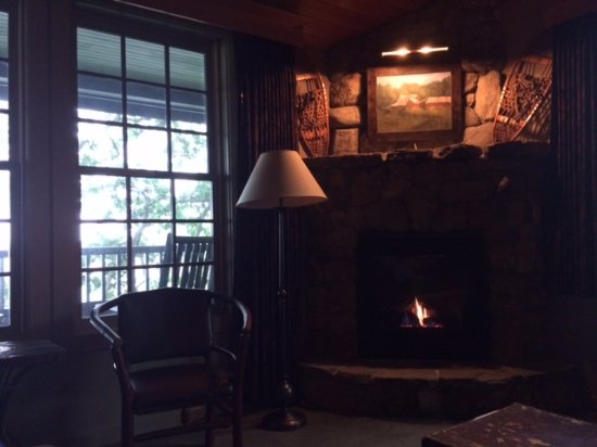 Meredith, NH: Beuatiful fireplace and sitting area with balcony overlooking lake