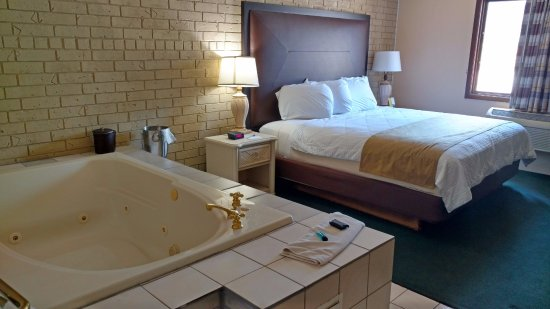 Webster City, IA: One King Bed Jacuzzi Suite