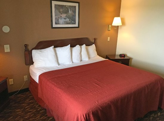 Celina, OH: One King Bed Jacuzzi Suite