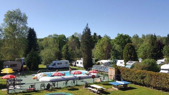 Neufchateau, Belgique : Zwembad en speeltuin