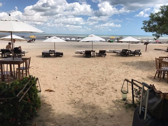 Infraestrutura de praia limitada e precária, sem sombras naturais e guarda sóis pequenos.