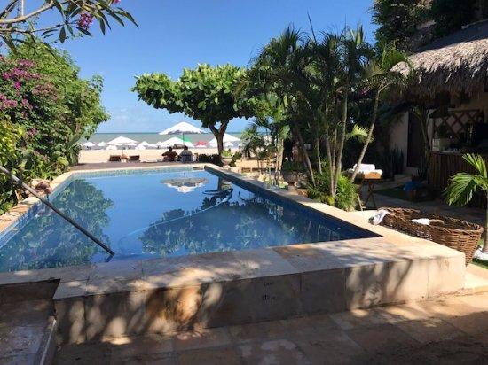 Casa na Praia: Piscina pequena e suja. sem instalações de  estar ao redor .