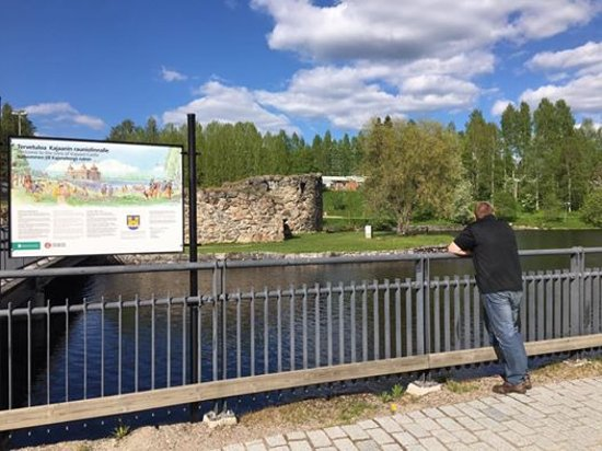 Kajaani, Finlandia: View to the river and ruins.