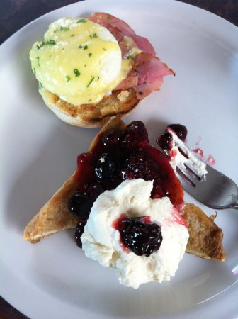 Lumby, Καναδάς: Eggs benny and French Toast from the Sunday Breakfast buffet