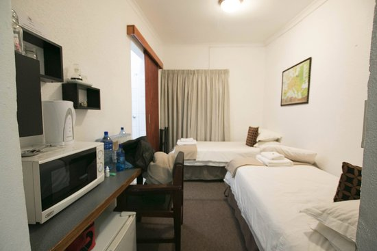Ermelo, Zuid-Afrika: Twin beds with coffee station and microwave
