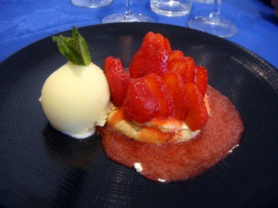 L'Amphitryon: macaron de fraises, sorbet ananas