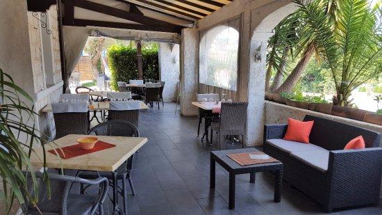 Roquefort les Pins, France: terrasse devant