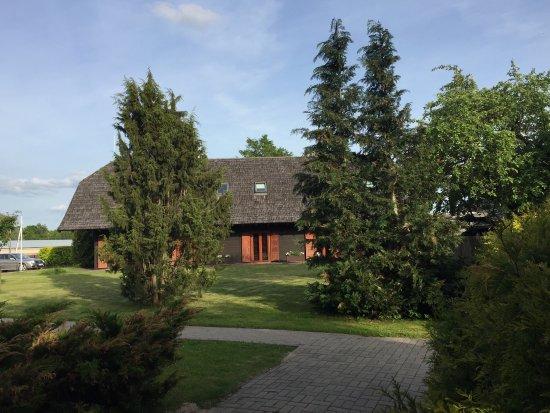 Aparjods Hotel: Aussenbereich Apardjos mit Wohnhaus und Rezeption