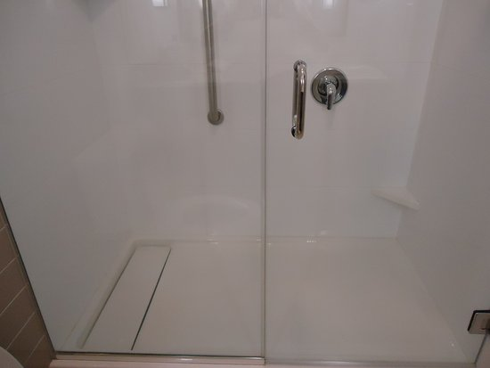 Martinsburg, Западная Вирджиния: interesting rectangle drain in walk in shower