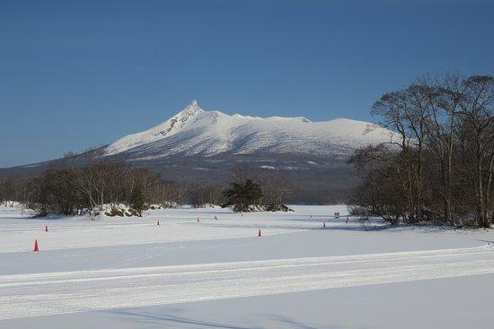 Nanae-cho, Japan: 結氷した大沼と、雪の駒ケ岳。カラーコーンが邪魔…
