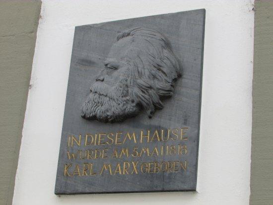 Karl-Marx-Haus: beside the door