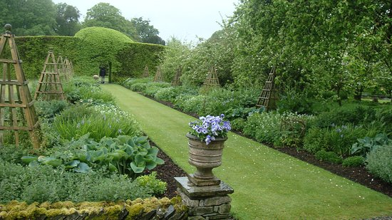 Levens Hall : Very neat with immaculate edges