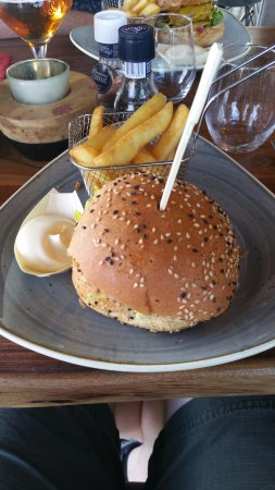 Tuna Burger, Tonijnburger, sla, wakame, soya, sesamzaad, tempura-uien, sesammayonaise en frites