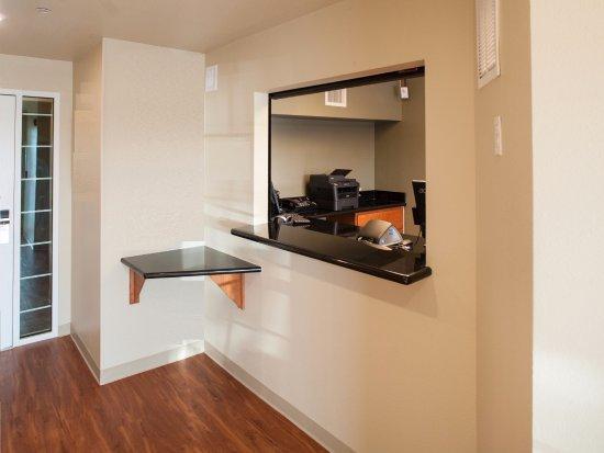WoodSpring Suites Akron: Front Desk