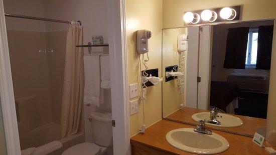 Captains Quarters Motel: Queen room bath