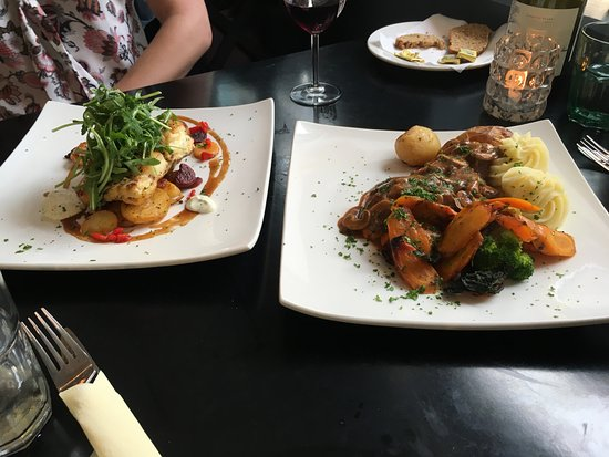 Oughterard, Irlanda: Ling Special on the left and Chicken with mushrooms on the right