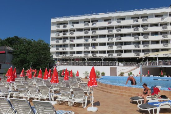 Hotel Erma: Streetlevel pool and hotel front.
